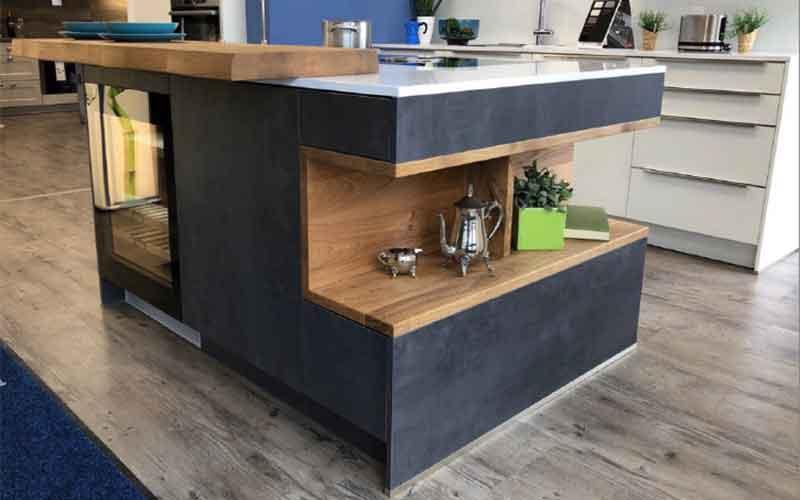 Echtholz Tresen und Regale bei Küchen-Schreiner-Meier
